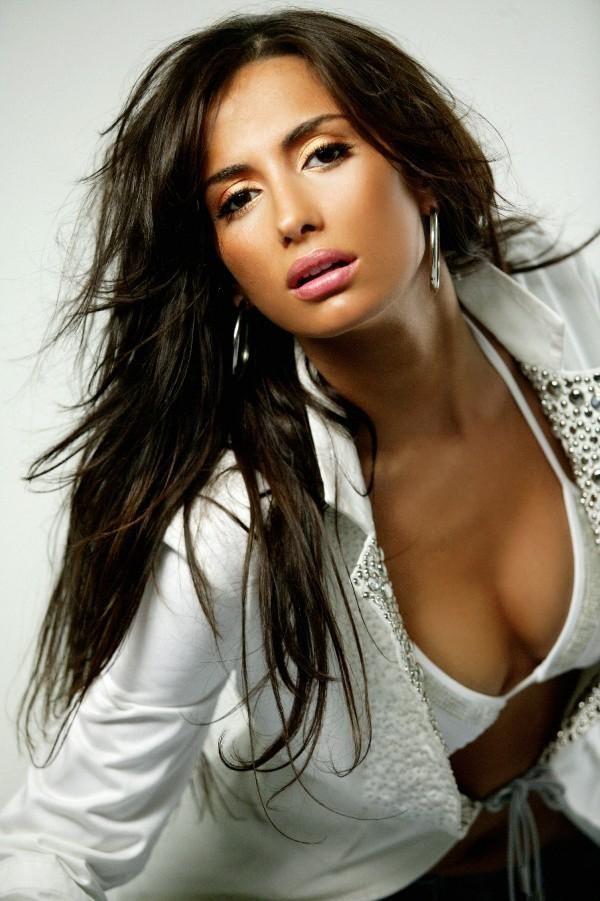 Emina Sandal (en serbio Емина Сандал; nacida como Emina Jahović: Емина Јаховић) más conocida por su nombre artístico, Emina nació el 15 de ...