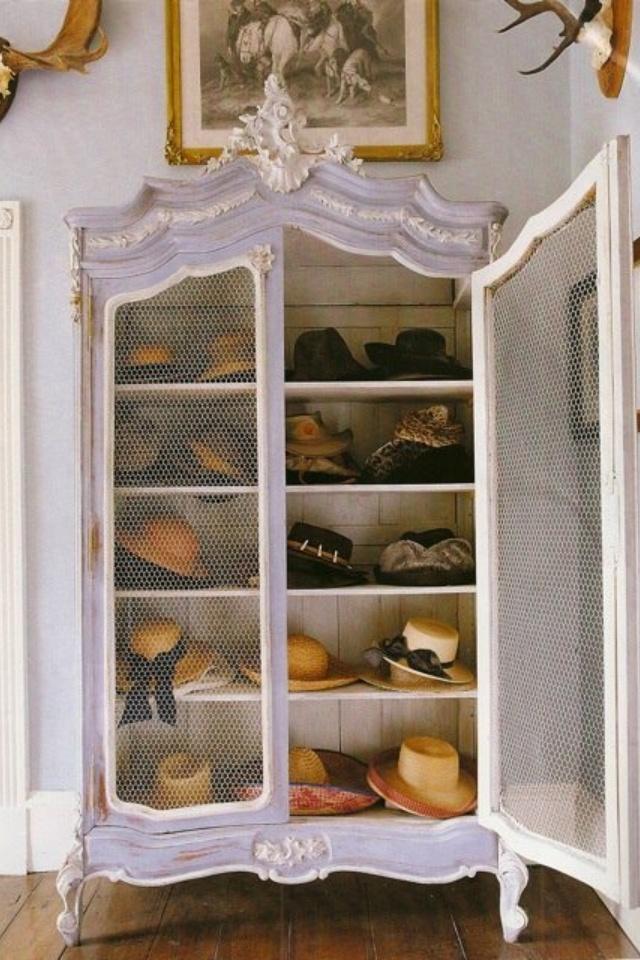 Closed door hat closet pour organizing mes chapeaux :)                                                                                                                                                                                 More
