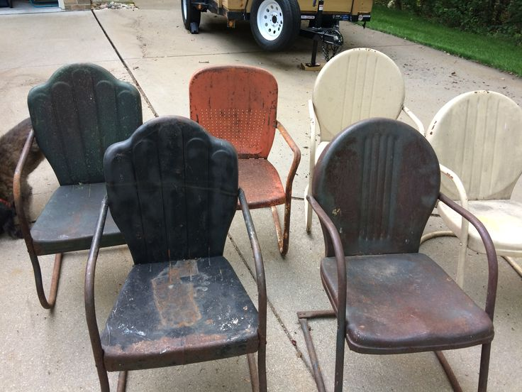 Arvin's hanging with Shott's. Left 3 are Arvin's. Blacks are pre WW2. And other is 1950's Right are Shott. Whites are pre WW2 and other is 1950's. Vintage metal lawn chairs.