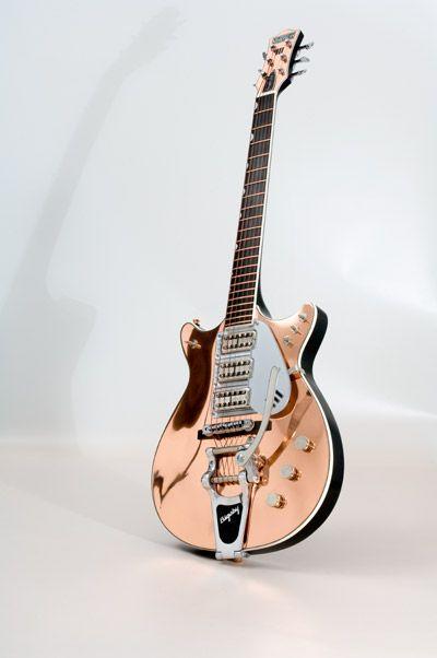 """¡Ponte tus zapatos de gamuza azul e imita el 'paso del pato' de Chuck Berry mientras tocas los acordes de """"Johnny B. Goode"""" con esta impresionante guitarra de cobre!"""