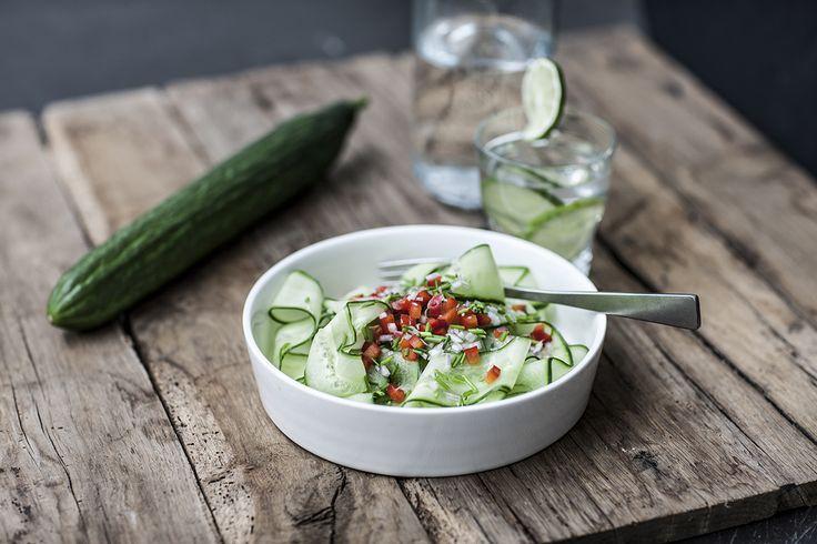 Een overheerlijke salade van komkommer, sjalot, paprika, bieslook en notenolie, die maak je met dit recept. Smakelijk!