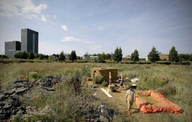 Adobe huizen bouwen op SITE27. © Gert Jan van Rooij, Museum De Paviljoens