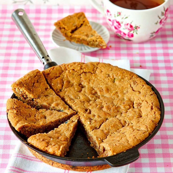 Cookiecake är en jättevariant av småkakorna chocolate chip cookies.