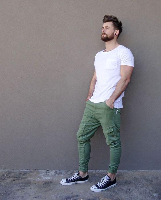 Look de calça verde masculina e camiseta branca com all star converse.