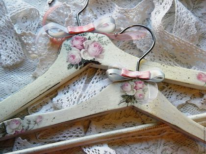 Вешалка плечики для мамы и дочки шебби Розы декупаж, комплект вешалок, вешалки для одежды ручная работа, купить в Москве декупаж работы, гардероб, вешалка декупаж, вешалка фото
