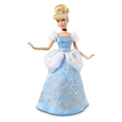 Pronta per il ballo, questa bambola di Cenerentola indossa un abito di raso azzurro con un luccicante motivo argentato, impreziosito da una sopragonna in tulle bianco e le maniche a sbuffo. Completano il look elegante i guanti da sera e una fascia abbinata tra i capelli.