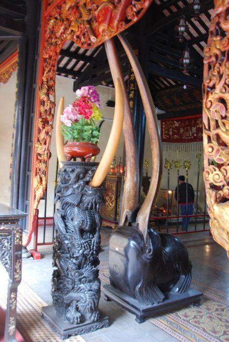 Vietnam, Le Van Duyet-tempel. Enorme slagtanden decoreren dezr tempel in Ho Chi Minh City.
