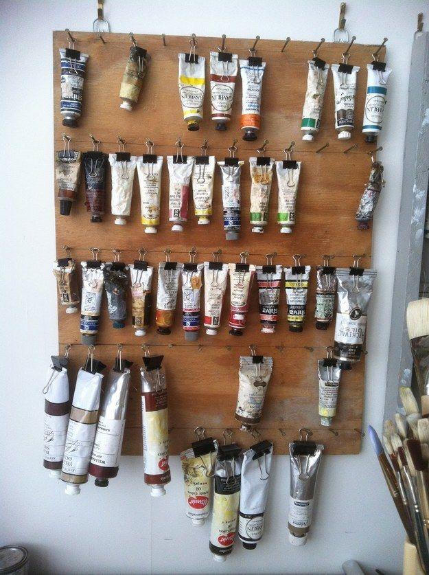 Usa clips para carpetas para colgar los tubos de pintura...