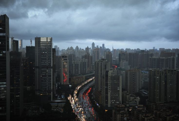 Nubes oscuras cubren el horizonte de la ciudad el 22 de mayo de 2014 en Guangzhou , provincia de Guangdong de China.