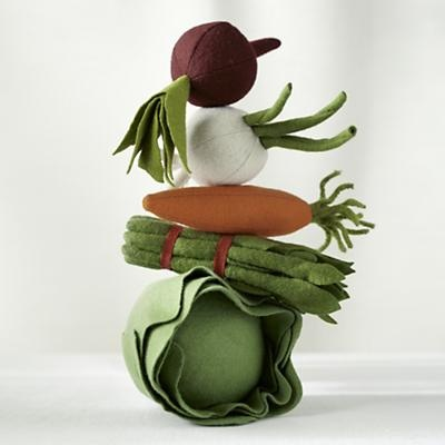 Kids' Kitchen ...felt veggies! Would be great to have your child, with their own basket and veggies, as you are out picking a few of your own! Oh I KNOW who I am gifting this too!!