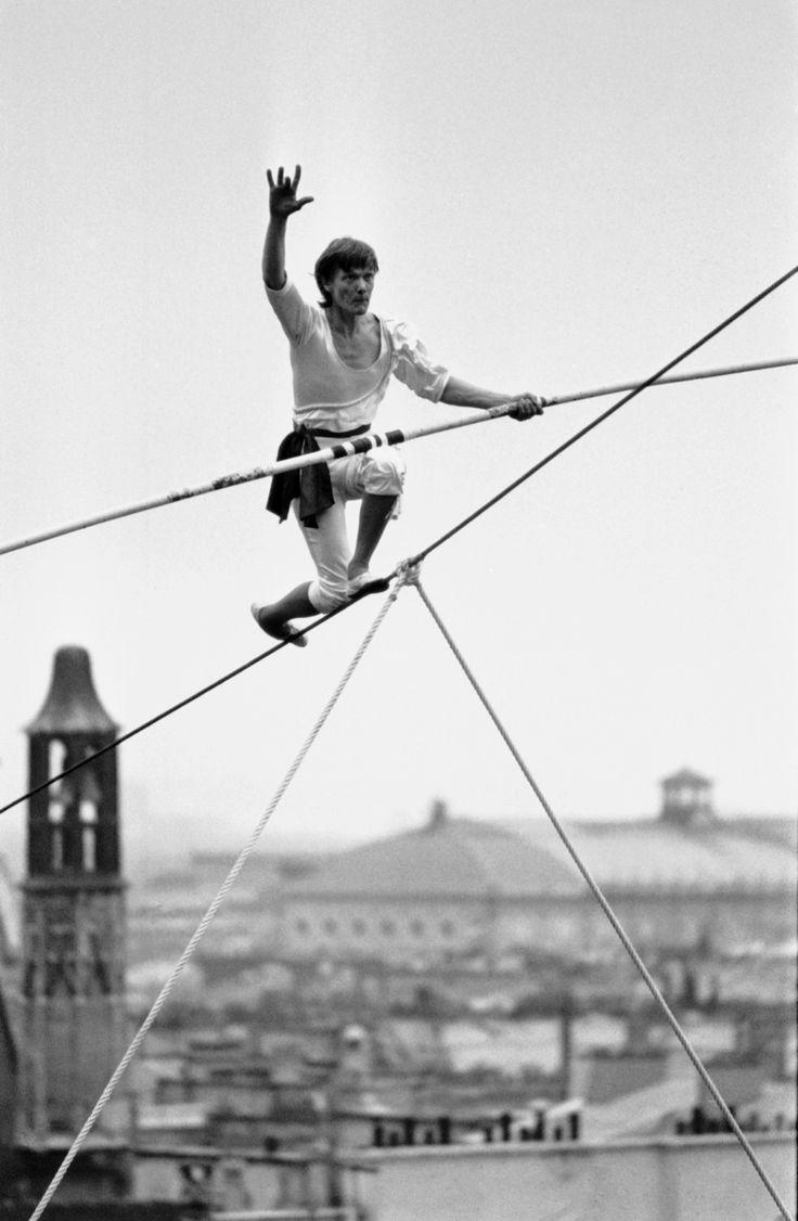 Les photos incroyables du funambule Philippe Petit à Paris