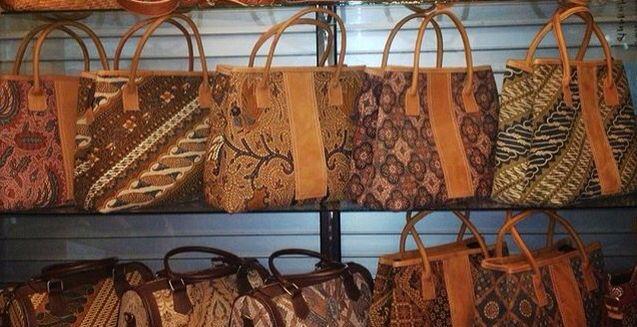 batik kombinasi kulit  Ukuran 31x14x29 idr 175.000  Order? Whatsapp : 081329820812 Line : sevanie  #tasbatik #tasetnik #tasunik #taskulit #tasmotif #tastenuntoraja #taswanita #rangrang #tenuntoraja #batik #batikmadura #batiklawas #taswanita #jogja #larestuff