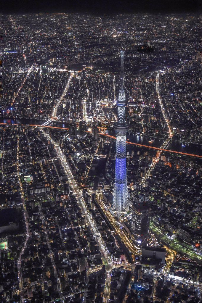 yamayoezokkuma:   【空撮夜景】 夜の東京。高度約1kmの上空から見下ろすスカイツリーはあまりにも小さく、周りの街明かりはまるで宝石を散りばめた様な風景がそこに広がっていました。※縦写真なので、写真をポチッとして全画面で見て頂けると嬉しいです(^^) http://pic.twitter.com/Ww1c9RBAbm— Takahiro Toh (@TakahiroToh) November 11, 2015