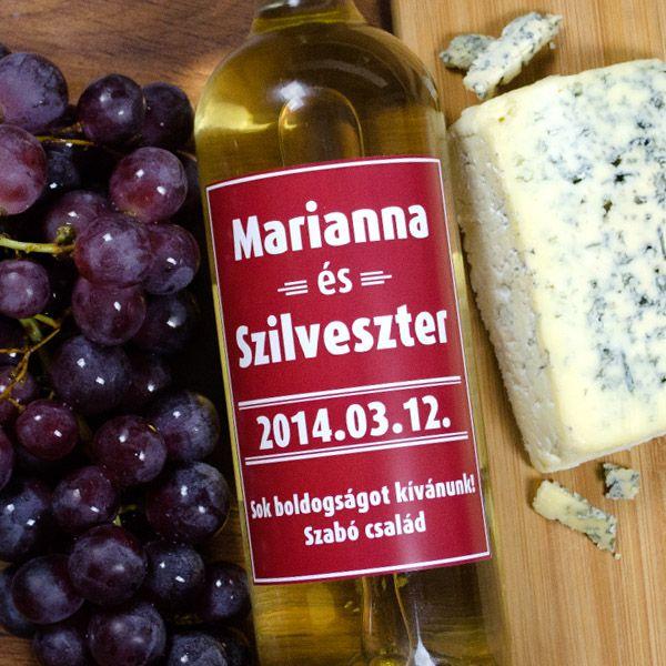 Lepje meg a házasulándó párt személyre szóló itallal!Bármilyen alkalomról is legyen szó, mindig telitalálat egy üveg minőségi bor, rajta egy cseppet sem átlagos címkével. Egyediségét a rajta feltűntetett pár soros szöveg tükrözi! A borosüveg címke mérete 9x12cm.
