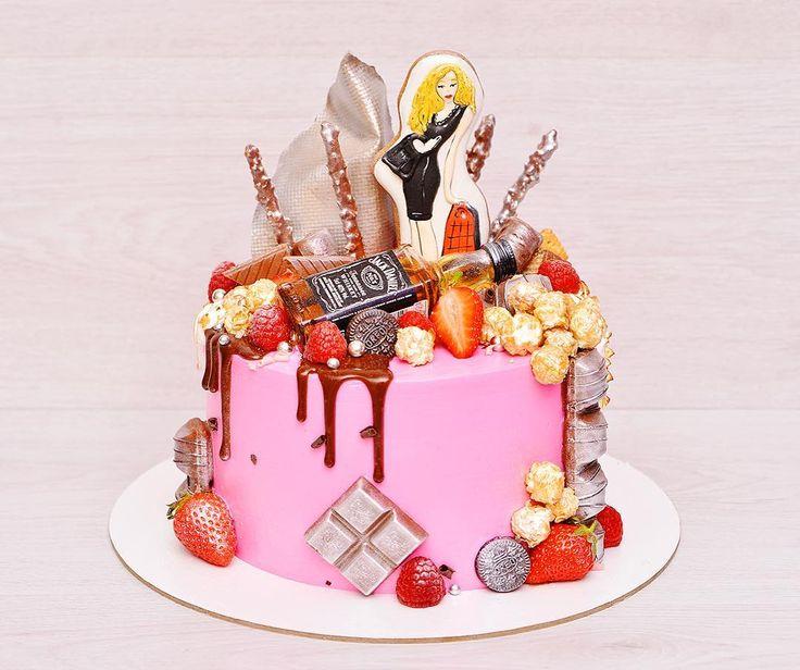 Доброго дня, дорогие!🍓 Тортик для девушки...розовенький 🎀😅 Внутри влажные и воздушные ванильные бисквиты, крем на белом шоколаде, прослойка клубничного компоте и свежие ягодки клубники 🍓 Декор из шоколада, печенья, ягодок!😋 Вес торта без украшения 2,3 кг., диаметр 20 см. _____________________________ По всем вопросам просьба писать в Ватсап или Вайбер 89160414460 #тортдлядевушки #тортсшоколадками #тортсджеком