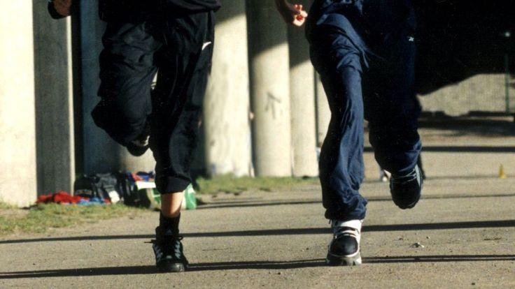 Äldre man rånades – då ingrep två unga flickor.