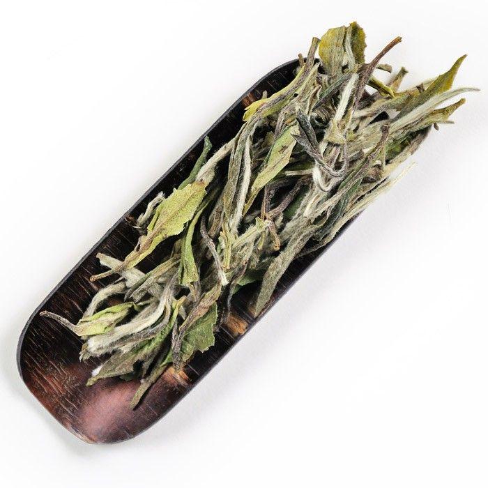 Le Long Men Bai Mu Dan est un thé blanc primeur composé de bourgeons argentés et de feuilles aux reflets gris vert qui évoque l'aspect de Pivoines blanches, d'où il tire son nom.