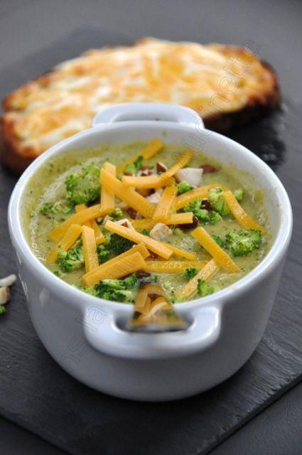 Servir la soupe avec quelques tranches de brocoli croquant, les noisettes et la tartine gratinée.