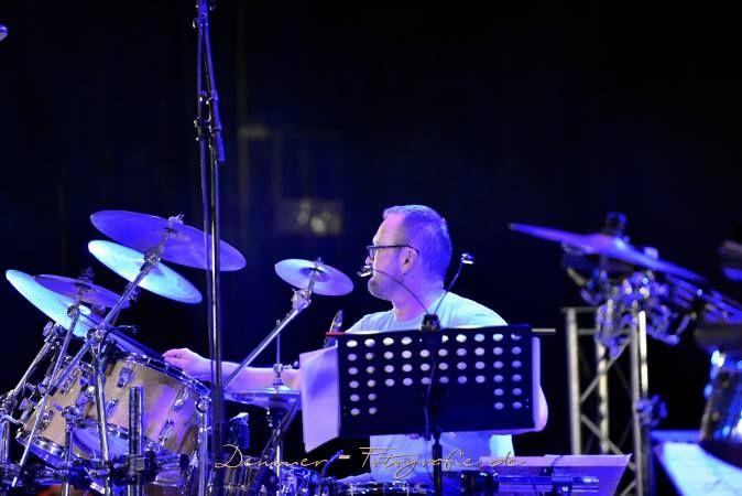 Saarlouiser Inselgarten: Tag Drei  Die Rhythmusgruppe von DE CORAZON, lasst euch ueberraschen, die Jungs w... Tag Drei  Die Rhythmusgruppe von DE CORAZON, lasst euch ueberraschen, die Jungs werden euch garantiert zum Tanzen bewegen am 2.9  Harald Simon-Drums  Herzen muessen brennen! Das ist auch das Credo von DE CORAZÓN-s Drummer Harald Simon. Er ist schon lange #Feuer und Flamme fuer die #Musik von Carlos Santana und Bewunderer seines Lebenswerkes. http://saar.city/?p=21048