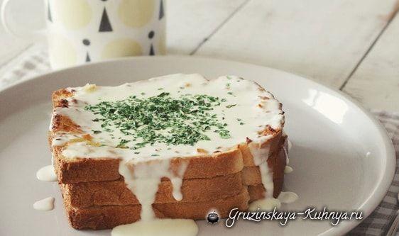 Хлеб с чесноком, сыром и сливочным соусом