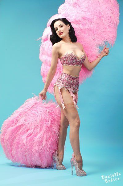 Dita Von Tease knows how... Have you tought that tis might be the perfect time to attend a Bourlesque class? make of your Valentine's Day a sexy show!