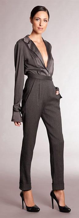 Look monocromático inteiro em grafite! A ginga fica por conta da textura leve da camisa de seda misturada a estrutura da calça de alfaiataria.