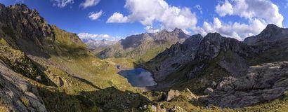 Paysage de panorama avec un lac dans les montagnes, roches énormes et Image stock