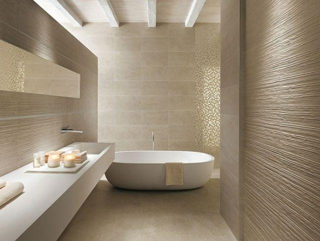 carrelage salle de bains de couleur beige avec une baignoire ovale