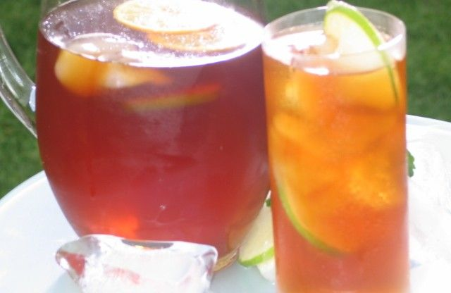 Try Robbie's Orange Iced Tea for a picnic refreshment. You can hold the rum, depending on the nature of your picnic adventures! http://gustotv.com/recipes/drinks/robbies-orange-iced-tea/