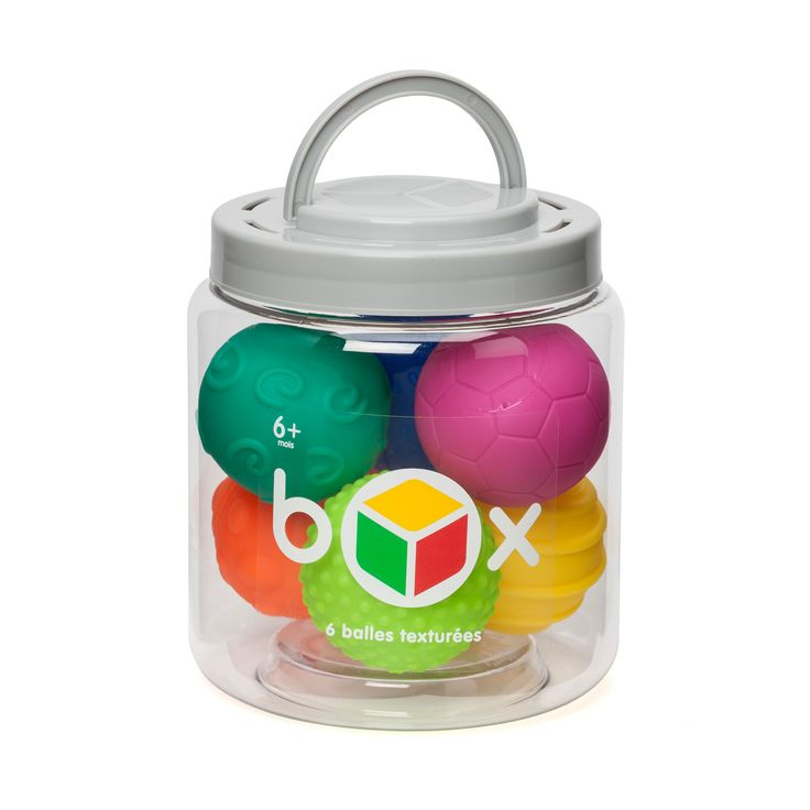 Cette box de 6 balles sensorielles permet au bébé de découvrir de nouvelles textures. Avec ces 6 balles de couleurs et de textures différentes, il développe son sens visuel et son toucher. En s'amusant à les envoyer, l'enfant améliore la coordination de ses gestes. Quand l'activité se termine, les 6 balles sensorielles retrouvent leur place dans la box, facile à ranger et à emporter.