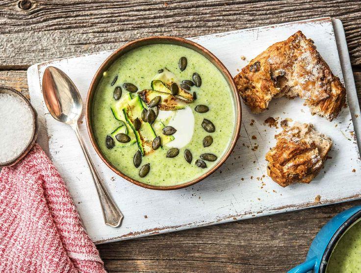 Broccoli-courgettesoep met volkoren olijvenbrood en courgettelinten