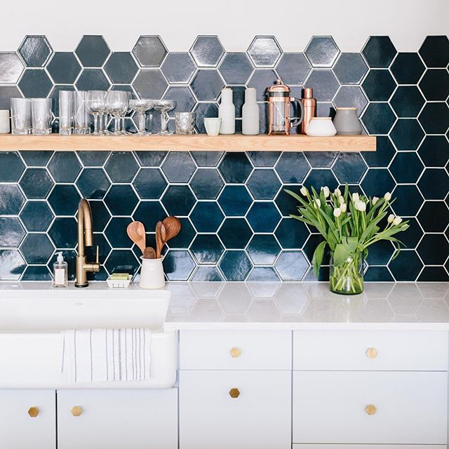 #Designinspo in every detail. @witanddelight_'s studio space features a hexagon-tile #backsplash, open shelving, gold hardware, and #CambriaQuartz counters in our Swanbridge™ design.
