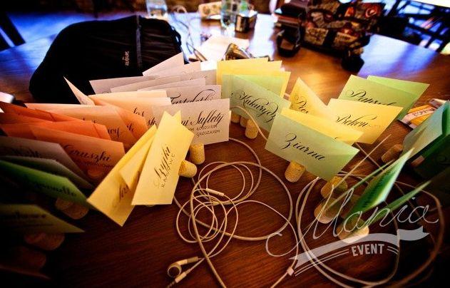 Wedding table wine cork name tags. wedding creative ideas.   www.maniaevent.pl