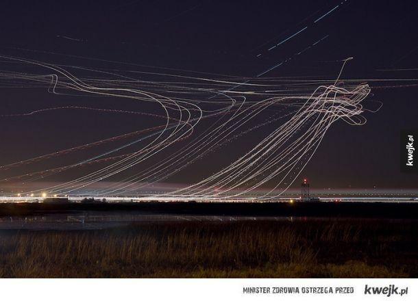 Nocne niebo nad lotniskiem