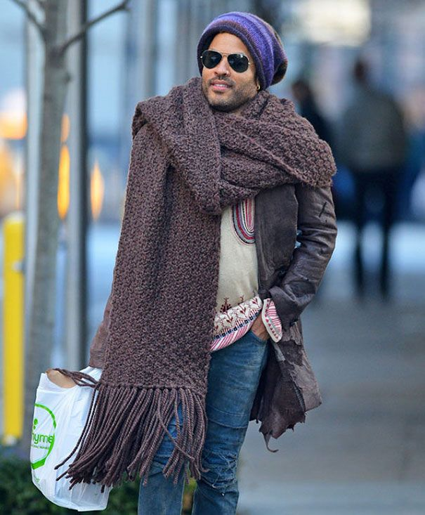 Estilosa y enorme bufanda del cantante Lenny Kravitz