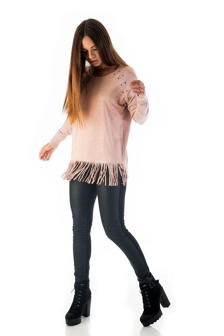 Knitted blouse with suede front and fringed hem. Round neck and long sleeves. Cord bust details. Side openings and elastic waist. 40% Polyamid. 30% Modal. 15% Polyester. 15% Elastane. https://www.modaboom.com/plekti-mplouza-me-krosia-roz-apalo.html
