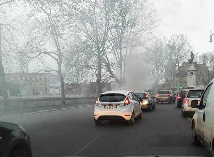 Lungotevere Marzio auto in fiamme all'alba. Una vecchia fiat 500 ha preso fuoco e ha diffuso nella zona un denso fumo nero, mettendo in allarme i passanti
