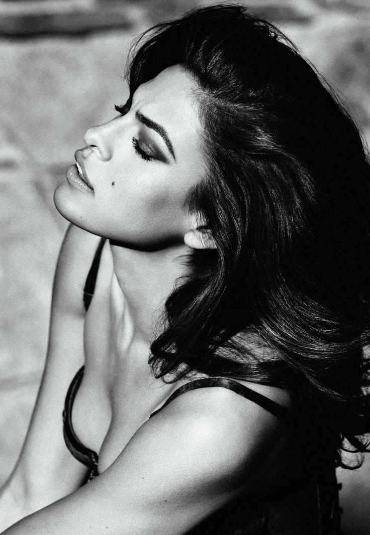 Eva Mendes                                                       …