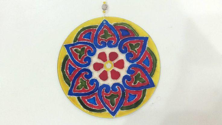 Mandala vitral 15cm de diâmetro. As mandalas são representações simbólicas e espirituais usadas no budismo e hinduísmo. Nos ajudam a ver o mundo em sua totalidade.