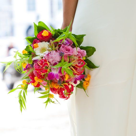 prachtig bruidsboeket in frisse vrolijke kleuren. met oa gloriosa, sandersonia,gerbera, roos door: bruidsboeketenzo.nl