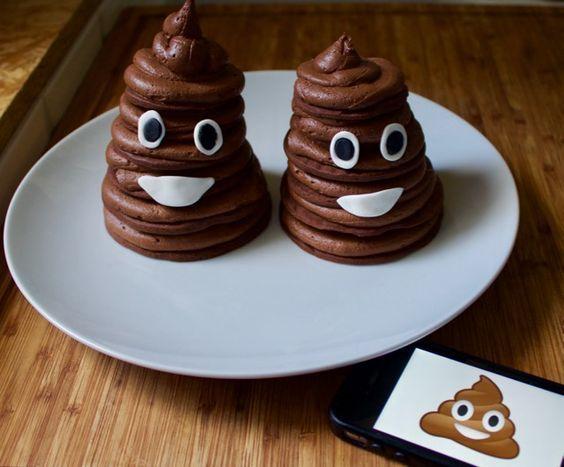 POO Cake ! Je suis de retour les Gourmands ! Et quel retour ^^ …, certains verront un présage pour l'épidémie de gastro, d'autres le parfait symbole de leurs tracas quotidien et enfin les derniers reconnaitront l'émoticône de nos smartphones. Dans tous les cas je trouve ces petits cakes/tartes au chocolat terriblement mignons et «appétissants» …