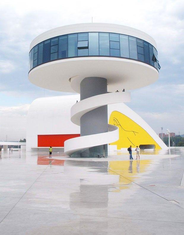 Centro Cultural Principado de Astúrias, 2006, Avilés, Espanha. Quando recebeu a planta do centro cultural, Oscar Niemeyer imaginou de cara como tudo seria: o público assistindo a shows, enquanto outros percorrem as exposições no piso sobre o grande salão. O projeto da praça repleta de equipamentos culturais foi doado por Niemeyer, que ganhou o prêmio Princípe das Astúrias na década de 1980. Fotografia: Wikimedia Commons.