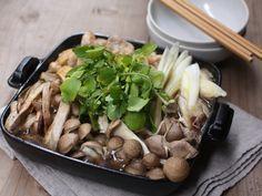 きのこと鶏肉の鍋 by ふみえ / お野菜たっぷりのお鍋。鶏肉ときのこ&野菜から出たおだしは、余すことなく〆のそばでいただきます♪ / Nadia