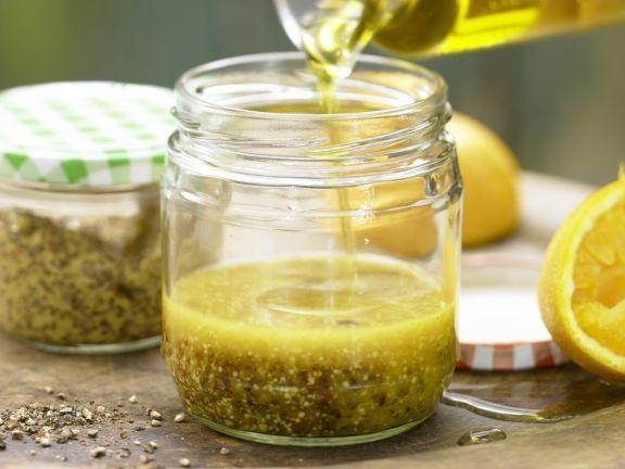 Leichte Vinaigrette (Grundrezept) mit Orangensaft & Senf: Unsere Low-Fat-Variante kommt mit relativ wenig Fett aus.