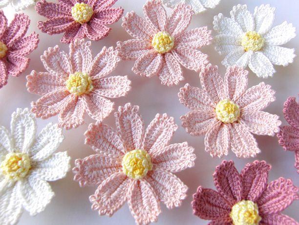 【作品の特徴】 かぎ針編みのコスモスにヘアクリップとコサージュピン2wayの金具をつけました。 手のひらに載るくらいのお花です。 花びらにテ...