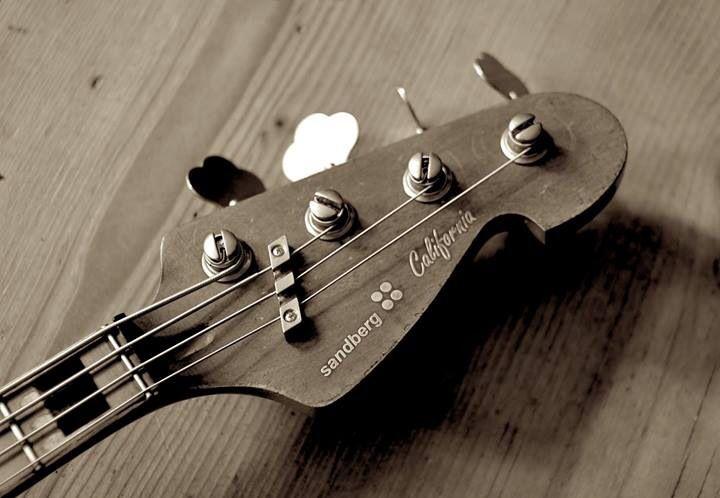 how to play bass guitar like lemmy