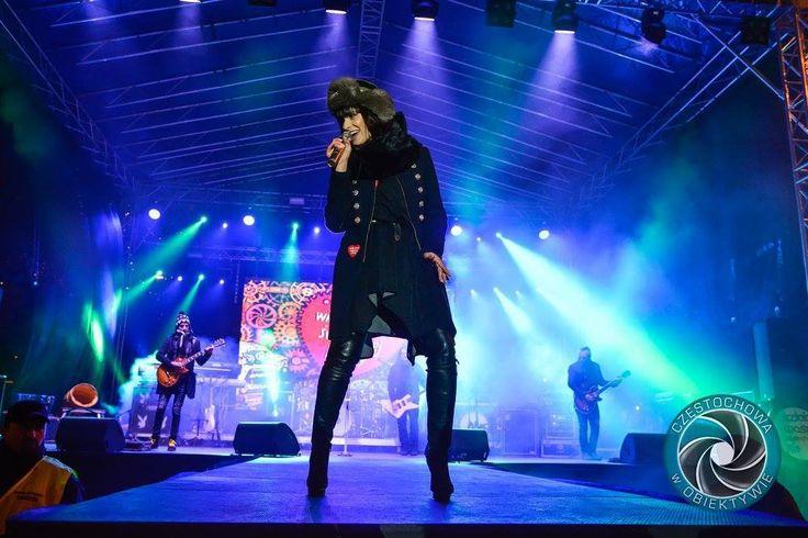 Sara Chmiel, wokalistka zespołu Łzy, podczas koncertu 24 finału WOŚP. Artystka wystąpiła w futrzanej czapce marki GENA.