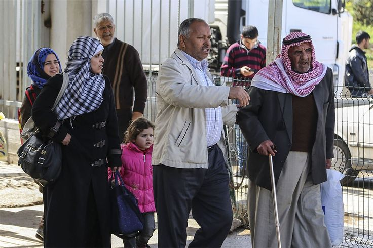 Syrian refugees head home on foot from Turkey for Eid http://betiforexcom.livejournal.com/25139498.html  Carrying suitcases, shopping bags and toddlers, thousands of refugees walked back home into Syria from Turkey on Thursday ahead of the Eid festival that marks the end of the Muslim holy month of Ramadan. Turkey has taken in some 3 million Syrian migrants since the start of civil war in 2011, making it home to the world's largest refugee population. Now Ankara is giving Syrian refugees the…