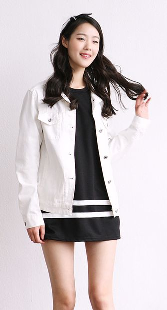 I love the combination of the white jacket and the dress! I definitely love this dress!