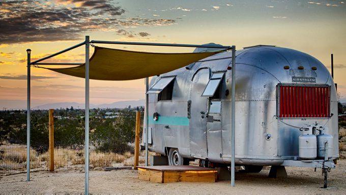 Den klassiske, sølvfargede campingvognen Airstream er mer populær enn noensinne. I California-ørkenen i USA kan du overnatte i den retro vognen i unike omgivelser.